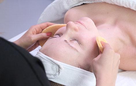 Kvinde får renset ansigt