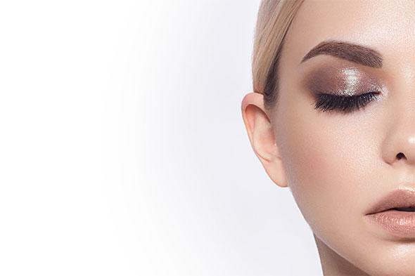 Single eyelash extensions bliver lagt på kvinde.